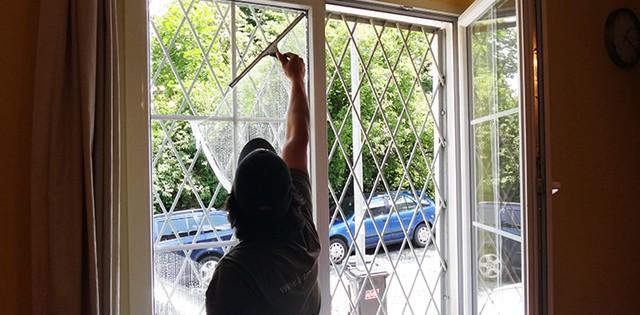 Mytí a leštění oken v kancelářích Praha 8