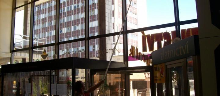 Mytí oken teleskopickou tyčí Brno
