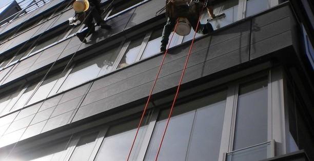 Mytí oken ve výškách - horolezci Brno